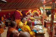 Дээрхийн Гэгээнтэн Далай Лам Гандантэгчэнлин хийдийн Их Гэрт үдийн зоог барьж байгаа нь. Монгол улс, Улаанбаатар хот. 2016.11.19. Гэрэл зургийг Тэнзин Такла (ДЛО)