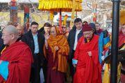 Дээрхийн Гэгээнтэн Далай Лам Гандантэгчэнлин хийдийн гол дуганд морилж байгаа нь. Монгол улс, Улаанбаатар хот. 2016.11.19. Гэрэл зургийг Тэнзин Такла (ДЛО)