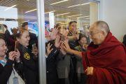 Его Святейшество Далай-лама приветствует своих почитателей, собравшихся в Международном аэропорту имени Чингисхана, чтобы попрощаться со своим духовным лидером перед его отбытием в Японию. Улан-Батор, Монголия. 23 ноября 2016 г. Фото: Тензин Такла (офис ЕСДЛ)