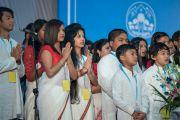Оюутнууд Дээрхийн Гэгээнтний айлдвар эхлэхийн өмнө. Энэтхэг, Шинэ Дели. 2016.12.09. Гэрэл зургийг Тэнзин Чойжор (ДЛО)