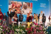 Дээрхийн Гэгээнтэн Далай Лам төвөдийн эм, зурхай судлалын институтаас эрхлэн гаргасан шинэ номын нээлтийг хийлээ. Энэтхэг, Шинэ Дели. 2016.12.09. Гэрэл зургийг Тэнзин Чойжор (ДЛО)