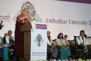 Дээрхийн Гэгээнтэн Далай Лам Амбедкар их сургуулийн таван жилийн ойд оролцож үг хэлэв. Энэтхэг, Шинэ Дели. 2016.12.09. Гэрэл зургийг Жерреми Рассел (ДЛО)