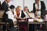 Дээрхийн Гэгээнтэн Далай Лам Амбедкарийн их сургуулийн таван жилийн ойн баярт оролцох үеэр дурсгалын дэвтэрт дурсамж бичиж үлдээв. Энэтхэг, Шинэ Дели. 2016.12.09. Гэрэл зургийг Жерреми Рассел (ДЛО)
