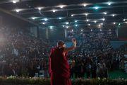 Дээрхийн Гэгээнтэн Далай Лам Төвөдийн ордон, Төвөдийн эм, зурхай судлалын институтаас зохион байгуулсан олон нийтийн уулзалтанд ирээд мэндэлж байгаа нь. Энэтхэг, Шинэ Дели. 2016.12.09. Гэрэл зургийг Тэнзин Чойжор (ДЛО)