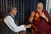 Дээрхийн Гэгээнтэн Далай Лам Нобелийн шагналт Кайлаш Сатьяартхид ярилцлага өгч байгаа нь. Энэтхэг, Шинэ Дели. 2016.12.09. Гэрэл зургийг Жерреми Рассел (ДЛО)