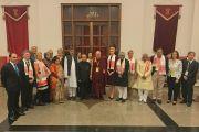 Его Святейшество Далай-лама с основными докладчиками по завершении первого дня конференции по правам детей, в которой приняли участие лауреаты Нобелевской премии мира и видные общественные деятели из разных стран. Нью-Дели, Индия. 10 декабря 2016 г. Фото: Тензин Чойджор (офис ЕСДЛ)