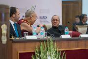 Его Святейшество Далай-лама беседует с президентом Индии Шри Пранабом Мукерджи перед началом конференции по правам детей с участием лауреатов Нобелевской премии мира и видных общественных деятелей из разных стран. Нью-Дели, Индия. 10 декабря 2016 г. Фото: Тензин Чойджор (офис ЕСДЛ)