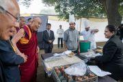 Его Святейшество Далай-лама общается с поварами, готовящими обед для участников конференции по правам детей. Нью-Дели, Индия. 10 декабря 2016 г. Фото: Тензин Чойджор (офис ЕСДЛ)