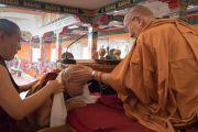Медиум (кутен) оракула Нечунга Тхуптен Нгодуп получает из рук Его Святейшества Далай-ламы белый хадак в монастыре Деянг. Мундгод, штат Карнатака, Индия. 17 декабря 2016 г. Фото: Тензин Чойджор (офис ЕСДЛ)