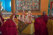 Его Святейшество Далай-лама рассматривает масляные скульптуры в монастыре Деянг. Мундгод, штат Карнатака, Индия. 17 декабря 2016 г. Фото: Тензин Чойджор (офис ЕСДЛ)