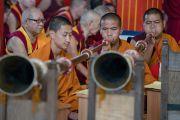Его Святейшество Далай-ламу встречают в монастыре Деянг игрой на традиционных духовых инструментах. Мундгод, штат Карнатака, Индия. 17 декабря 2016 г. Фото: Тензин Чойджор (офис ЕСДЛ)