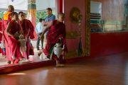 Молодые монахи торопятся подать чай во время визита Его Святейшества Далай-ламы в монастырь Деянг. Мундгод, штат Карнатака, Индия. 17 декабря 2016 г. Фото: Тензин Чойджор (офис ЕСДЛ)