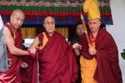 Его Святейшество Далай-лама и настоятель монастыря Рато. Мундгод, штат Карнатака, Индия. 17 декабря 2016 г. Фото: Тензин Чойджор (офис ЕСДЛ)