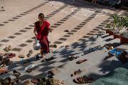 Молодой монах торопится принести чай участникам церемонии Ганден Нгачо в монастыре Ганден Лачи. Мундгод, штат Карнатака, Индия. 23 декабря 2016 г. Фото: Тензин Чойджор (офис ЕСДЛ)