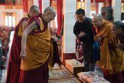 В главном зале монастыря Ганден Лачи Его Святейшество Далай-лама приветствует сикьонга Лобсанга Сенге и спикера тибетского парламента кхенпо Сонама Тенпхела. Мундгод, штат Карнатака, Индия. 23 декабря 2016 г. Фото: Тензин Чойджор (офис ЕСДЛ)