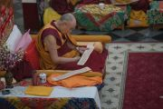 Его Святейшество Далай-лама вместе с монахами читает вслух сочинения Чже Цонкапы во время церемонии Ганден Нгачо в монастыре Ганден Лачи. Мундгод, штат Карнатака, Индия. 23 декабря 2016 г. Фото: Тензин Чойджор (офис ЕСДЛ)