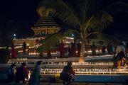 Тибетцы, монахи и миряне, зажигают в монастыре Ганден Лачи масляные светильники и свечи по случаю церемонии Ганден Нгачо в память об уходе из жизни Чже Цонкапы в 1419 году. Мундгод, штат Карнатака, Индия. 23 декабря 2016 г. Фото: Тензин Чойджор (офис ЕСДЛ)