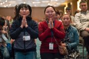 Участники учений Его Святейшества Далай-ламы для буддистов России подошли поближе к сцене, чтобы лучше видеть своего духовного лидера. Дели, Индия. 27 декабря 2016 г. Фото: Тензин Чойджор (офис ЕСДЛ)