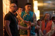 Один из участников учений, прежде чем задать свой вопрос, преподнес Его Святейшеству Далай-ламе фотографию православной святыни России Оптиной пустыни. Дели, Индия. 26 декабря 2016 г. Фото: Тензин Чойджор (офис ЕСДЛ)