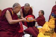 Во время обеденного перерыва на второй день подготовительных ритуалов для посвящения Калачакры Его Святейшество Далай-лама встретился с молодым Трулшиком Ринпоче и подарил ему буддийские тексты. Бодхгая, штат Бихар, Индия. 3 января 2017 г. Фото: Тензин Чойджор (офис ЕСДЛ)