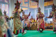 Его Святейшество Далай-лама наблюдает за тем, как монахи монастыря Намгьял исполняют ритуальный танец прошения земли. Бодхгая, штат Бихар, Индия. 3 января 2017 г. Фото: Тензин Чойджор (офис ЕСДЛ)