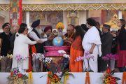Его Святейшество Далай-лама совместно с религиозными лидерами проводит церемонию очищения воды по завершении межконфессиональной встречи, прошедшей во второй день учений, предваряющих посвящение Калачакры. Бодхгая, штат Бихар, Индия. 6 января 2017 г. Фото: Тензин Ньибум