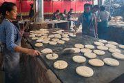 Волонтеры готовят хлебные лепешки, которыми будут угощать более чем 100,000 верующих, собравшихся на посвящение Калачакры. Бодхгая, штат Бихар, Индия. 6 января 2017 г. Фото: Тензин Чойджор (офис ЕСДЛ)