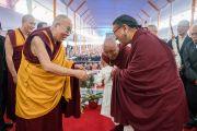 Его Святейшество Далай-лама приветствует Сакья Тризина Ринпоче, прибывшего на учения, предваряющие посвящение Калачакры. Бодхгая, штат Бихар, Индия. 6 января 2017 г. Фото: Тензин Чойджор (офис ЕСДЛ)