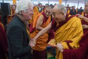 Его Святейшество Далай-лама приветствует своего давнего друга Ричарда Гира по окончании второго дня учений, предваряющих посвящение Калачакры. Бодхгая, штат Бихар, Индия. 6 января 2017 г. Фото: Тензин Чойджор (офис ЕСДЛ)