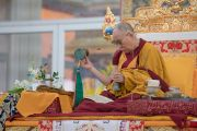 Его Святейшество Далай-лама проводит необходимые ритуалы для церемонии вхождения в песочную мандалу во время первого дня 34-го посвящения Калачакры. Бодхгая, штат Бихар, Индия. 11 января 2017 г. Фото: Тензин Чойджор (офис ЕСДЛ)