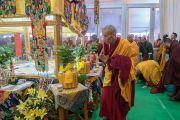 Ганден Трипа Джецун Лобсанг Тензин во время созерцания песочной мандалы Калачакры по завершении первого дня 34-го посвящения Калачакры, во время которого Его Святейшество Далай-лама провел церемонию вхождения учеников в мандалу. Бодхгая, штат Бихар, Индия. 11 января 2017 г. Фото: Тензин Чойджор (офис ЕСДЛ)