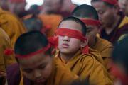 Монахи с ритуальными повязками на головах слушают наставления Его Святейшества Далай-ламы о вхождении в мандалу Калачакры. Бодхгая, штат Бихар, Индия. 11 января 2017 г. Фото: Тензин Чойджор (офис ЕСДЛ)