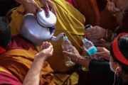 Монахи раздают освященную воду верующим во время первого дня 34-го посвящения Калачакры. Бодхгая, штат Бихар, Индия. 11 января 2017 г. Фото: Лобсанг Кунга (офис ЕСДЛ)