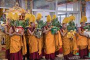 Монахи монастыря Намгьял держат ритуальные сосуды во время заключительного дня 34-го посвящения Калачакры. Бодхгая, штат Бихар, Индия. 13 января 2017 г. Фото: Тензин Чойджор (офис ЕСДЛ)