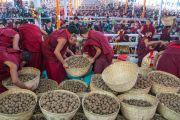 Монахи раздают пилюли долгой жизни более чем 200,000 участников 34-го посвящения Калачакры во время церемонии подношения Его Святейшеству Далай-ламе молебна о долгой жизни. Бодхгая, штат Бихар, Индия. 14 января 2017 г. Фото: Тензин Чойджор (офис ЕСДЛ)