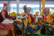 Сакья Тризин Ринпоче, Гьялванг Кармапа и Таклунг Шабдрунг Ринпоче в ходе церемонии подношения Его Святейшеству Далай-ламе молебна о долгой жизни. Бодхгая, штат Бихар, Индия. 14 января 2017 г. Фото: Тензин Чойджор (офис ЕСДЛ)