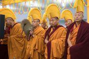 Мастера ритуального пения монастыря Намгьял исполняют молитвы в знак приветствия Его Святейшеству Далай-ламе, прибывающему на площадку учений, где он даровал 34-е посвящение Калачакры. Бодхгая, штат Бихар, Индия. 14 января 2017 г. Фото: Тензин Чойджор (офис ЕСДЛ)