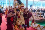 Оракула божества Нечунг, государственного оракула Тибета Тубтена Нгодупа, пребывающего в состоянии транса, ведут к сцене во время церемонии подношения Его Святейшеству Далай-ламе молебна о долгой жизни. Бодхгая, штат Бихар, Индия. 14 января 2017 г. Фото: Тензин Чойджор (офис ЕСДЛ)