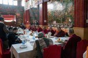 Его Святейшество Далай-лама обедает с почетными гостями в тибетском храме по завершении молебна о долгой жизни и церемонии закрытия 34-го посвящения Калачакры. Бодхгая, штат Бихар, Индия. 14 января 2017 г. Фото: Тензин Чойджор (офис ЕСДЛ)