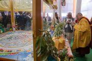 Его Святейшество Далай-лама рассказывает главному министру штата Бихар Нитишу Кумару о песочной мандале Калачакры перед началом церемонии закрытия 34-го посвящения Калачакры. Бодхгая, штат Бихар, Индия. 14 января 2017 г. Фото: Тензин Чойджор (офис ЕСДЛ)