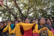 Тибетцы и жители Гималайского региона, принявшие участие в 34-м посвящении Калачакры, выстроились вдоль дороги, чтобы поприветствовать Его Святейшество Далай-ламу, направляющегося к храму Махабодхи. Бодхгая, штат Бихар, Индия. 15 января 2017 г. Фото: Тензин Чойджор (офис ЕСДЛ)