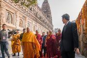 Его Святейшество Далай-лама совершает обхождение вокруг храма Махабодхи. Бодхгая, штат Бихар, Индия. 15 января 2017 г. Фото: Тензин Чойджор (офис ЕСДЛ)