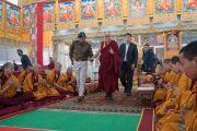 Его Святейшество Далай-лама приветствует монахов монастыря Намгьял, читающих молитвы перед его отъездом из храма Калачакры. Бодхгая, штат Бихар, Индия. 15 января 2017 г. Фото: Тензин Чойджор (офис ЕСДЛ)