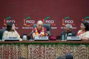 Его Святейшество Далай-лама отвечает на вопросы во время лекции для представительниц женского крыла Федерации индийских торгово-промышленных палат. Нью-Дели, Индия. 21 января 2017 г. Фото: Тензин Чойджор (офис ЕСДЛ)