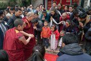 Его Святейшество Далай-лама приветствует местных тибетцев по возвращении в свою резиденцию в Тибетском студенческом общежитии. Нью-Дели, Индия. 21 января 2017 г. Фото: Тензин Чойджор (офис ЕСДЛ)