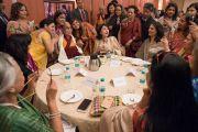 Представительницы женского крыла Федерации индийских торгово-промышленных палат фотографируются с Его Святейшеством Далай-ламой во время обеда по завершении лекции о силе сострадания. Нью-Дели, Индия. 21 января 2017 г. Фото: Тензин Чойджор (офис ЕСДЛ)