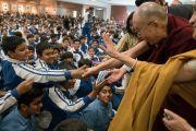 Ученики тянутся к Его Святейшеству Далай-ламе, чтобы пожать ему руку по завершении лекции в Международной школе Матери. Нью-Дели, Индия. 21 января 2017 г. Фото: Тензин Чойджор (офис ЕСДЛ)