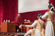 Перед началом публичной лекции на стадионе «Талкатора» Его Святейшеству Далай-ламе подносят традиционный индийский танец катхак. Нью-Дели, Индия. 5 февраля 2017 г. Фото: Тензин Чойджор (офис ЕСДЛ)