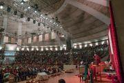 Его Святейшество Далай-лама обращается к собравшимся в ходе публичной лекции, организованной на стадионе «Талкатора» по просьбе фонда «Видьялока». Нью-Дели, Индия. 5 февраля 2017 г. Фото: Тензин Чойджор (офис ЕСДЛ)