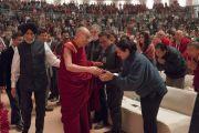 Его Святейшество Далай-лама приветствует слушателей, прибыв на стадион «Талкатора», чтобы выступить с публичной лекцией «Возрождение древней индийской мудрости в современной Индии». Нью-Дели, Индия. 5 февраля 2017 г. Фото: Тензин Чойджор (офис ЕСДЛ)